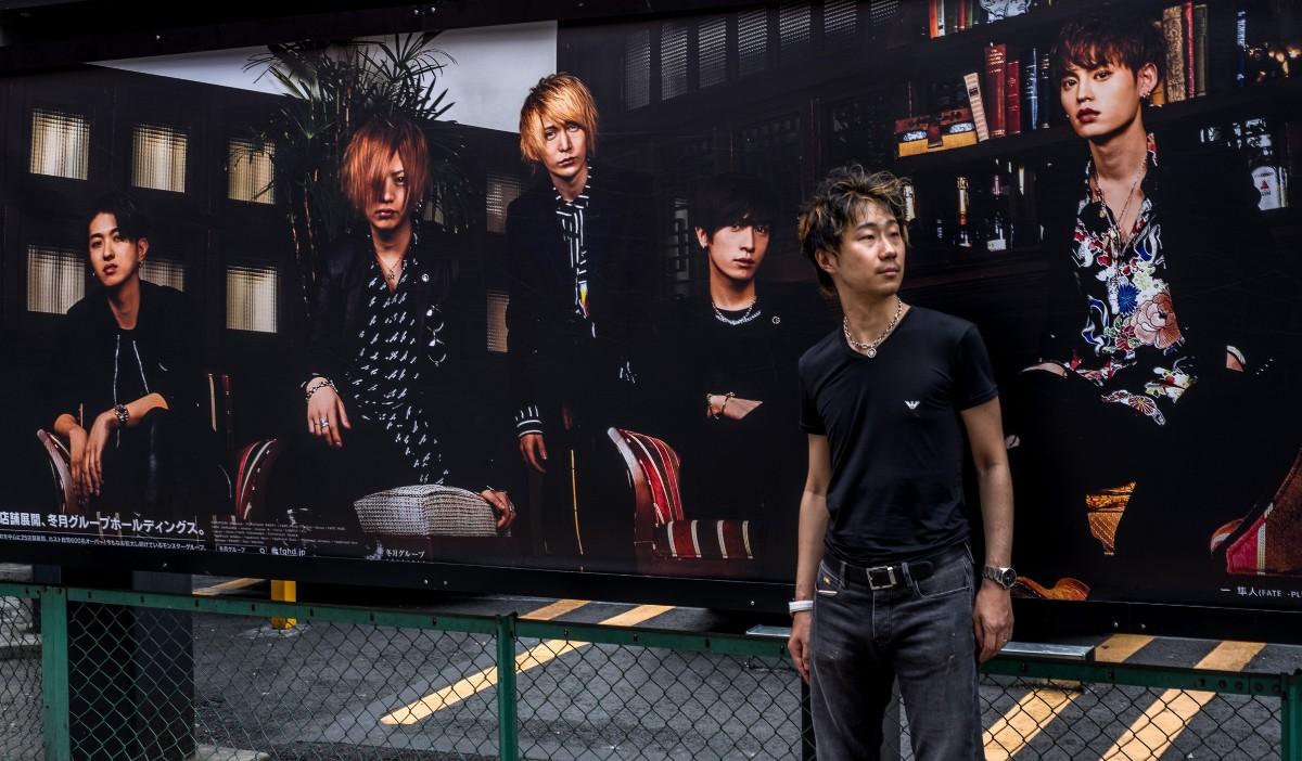 歌舞伎町でホストクラブを背に佇むCaptainJack