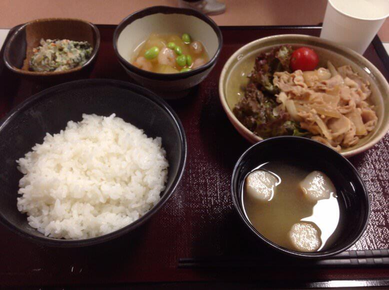 治験入院中の食事。白米、おひたし、レンコン、お肉、お味噌汁。