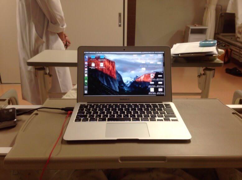 治験入院中のベッドに備え付けの台に置かれているMacBook Airの写真