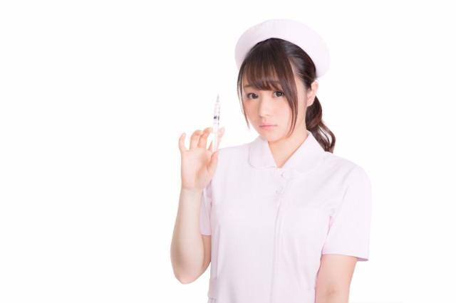 注射器を持った美人看護師さん