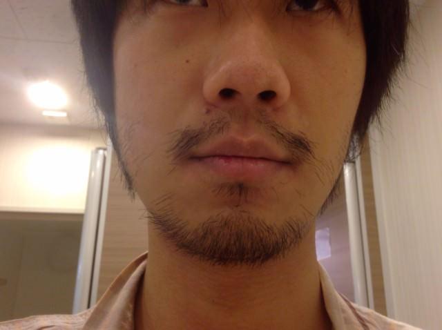 ヒゲ生え放題の僕の顔半分の写真
