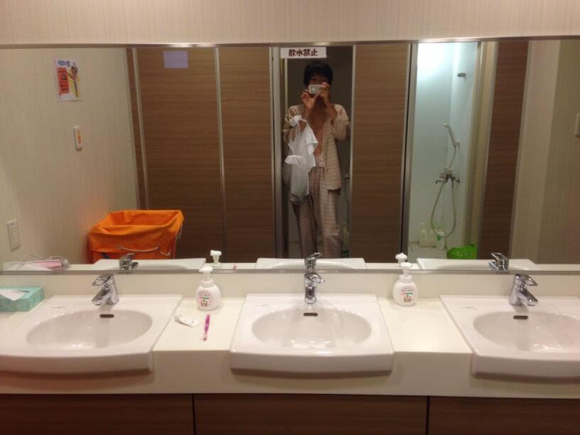 治験入院中の病院のシャワールームで自撮りする僕