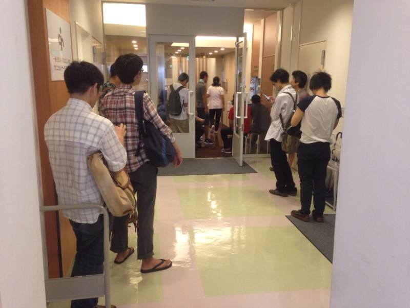 治験の事前検診を受けるため病院に集まった被験者たち
